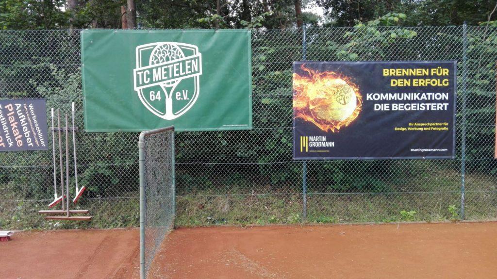 TC-Metelen in Flammen- Neues Banner von M.Grossmann auf der Tennisanlage